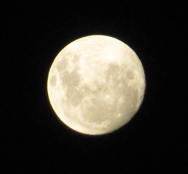 Pre_full_moon_2014-04