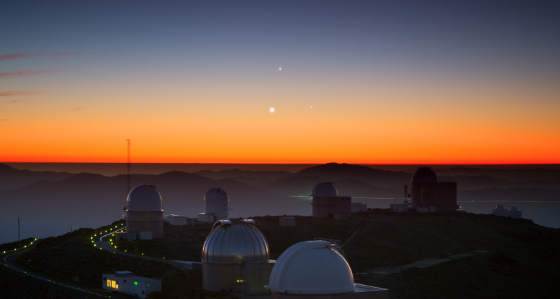 Alignment of three planets over La Silla observatorium