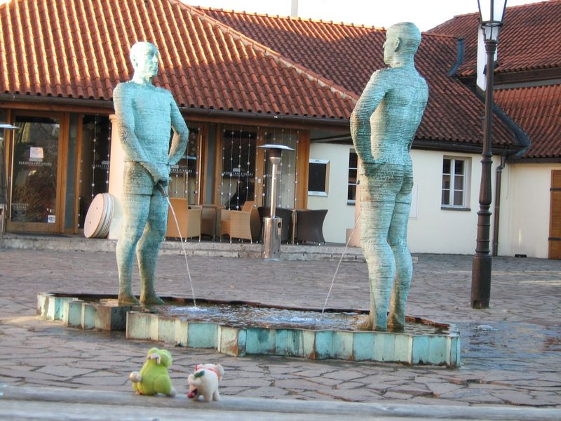 045_urinating_statues